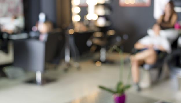 mulher lavando o cabelo no salão